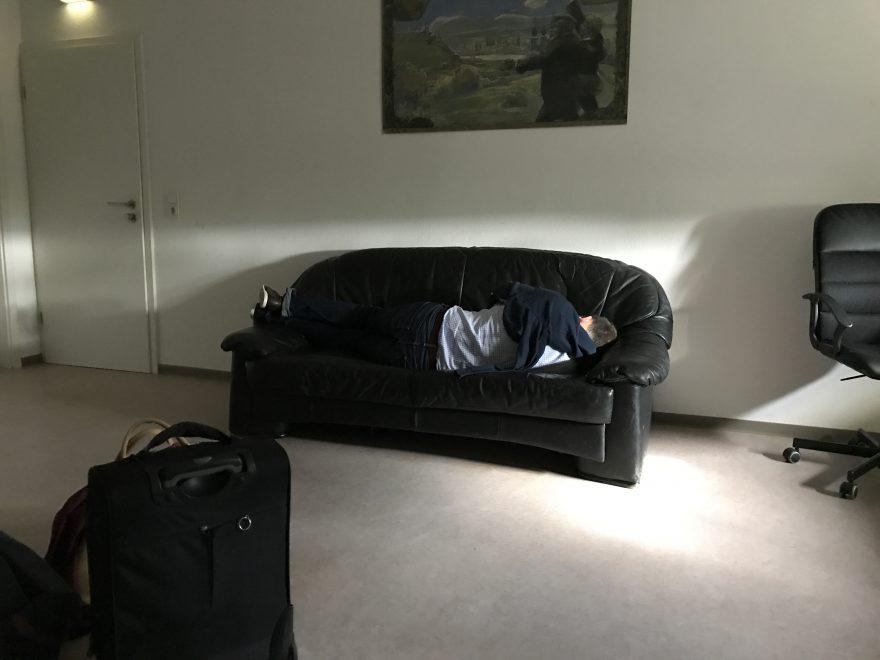 Nie wieder auf diesem Sofa pennen